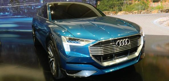 Audi e-tron quattro. Primul SUV Audi 100% electric. Poate fi (pre)comandat la SIAB 2018. Se livrează la anul, pentru că momentan este încă în stadiul de concept.
